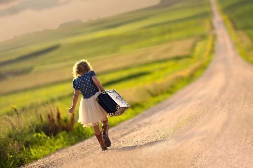 Девушка идет по дороге к мечте